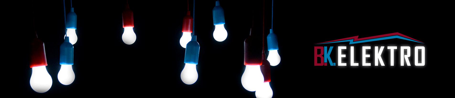 Leuchtmittel mit roten und blauen Fassungen hängen von der Decke mit Firmenlogo.
